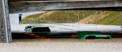 Buss sitter fast i vattenmassorna under en viadukt.