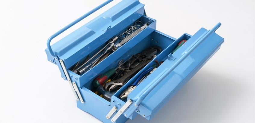 Öppen verktygslåda som innehåller verktyg.