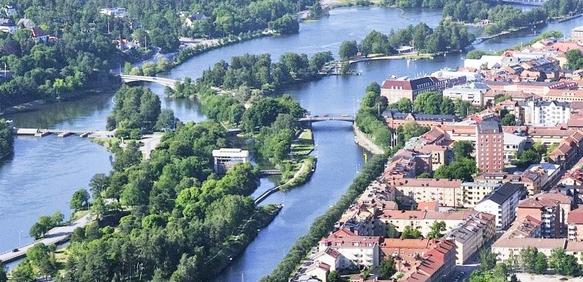Flygfoto över del av Göta älv med bebyggelse vid vattnet.